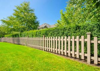 Давайте представим ситуацию: прекрасным летним утром вы выходите на крыльцо своего дома и видите, что соседский забор за ночь «переехал» на вашу землю. Что делать дальше?